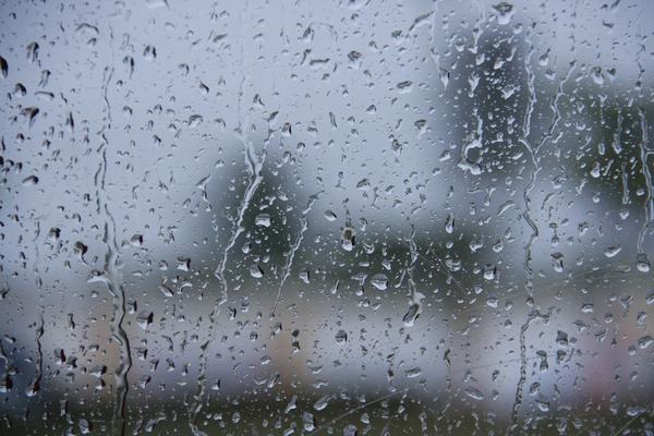 玻璃上的水滴PPT背景图片
