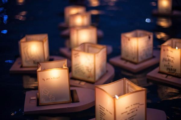 水面漂浮的许愿灯PPT背景图片