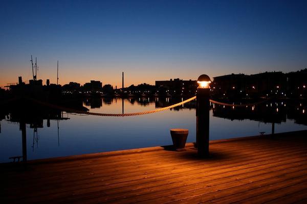 夜晚静谧的码头PowerPoint背景图片