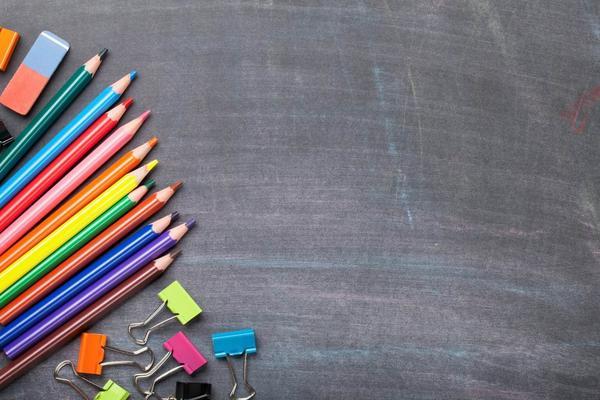 黑板彩色铅笔PPT背景图片