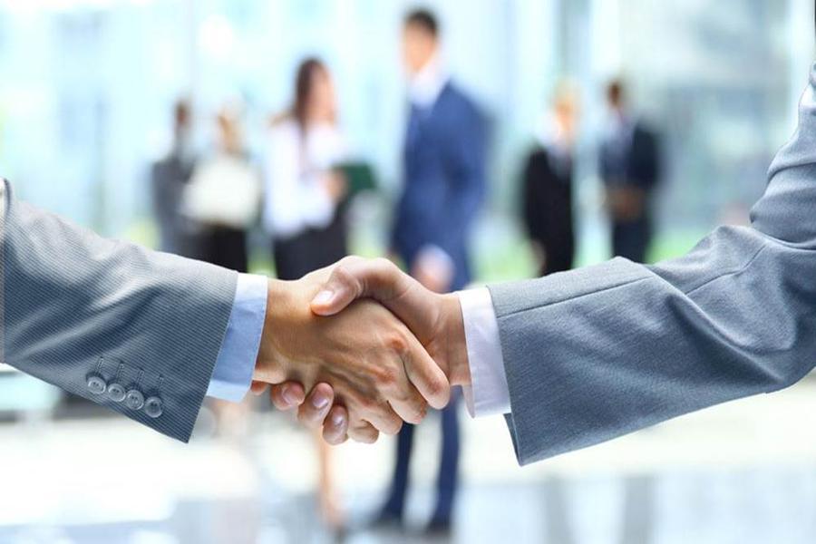白领握手PPT背景图片